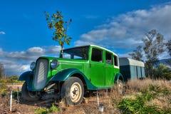 Ajardinar dianteiro de decoração velho do carro e do reboque Fotos de Stock