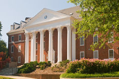 Ajardinar do edifício da universidade Fotos de Stock Royalty Free
