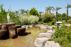 Ajardinar - fonte e lagoa de pedra Foto de Stock Royalty Free