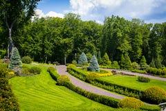 Ajardinar no jardim O trajeto no jardim Parte traseira bonita Imagens de Stock