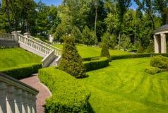 Ajardinar no jardim O trajeto no jardim Parte traseira bonita Foto de Stock Royalty Free