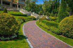 Ajardinar no jardim O trajeto no jardim Parte traseira bonita Fotografia de Stock