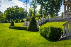Ajardinar no jardim O trajeto no jardim Parte traseira bonita Fotos de Stock Royalty Free