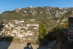 Ajardine à montanha e às ruínas de Rhodopes da fortaleza de Asens, Bulgária Imagens de Stock Royalty Free