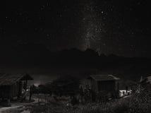 Ajardine a área rural na montanha na noite com o céu claro completo das estrelas, em Tailândia, preto e branco Imagem de Stock