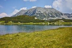 Ajardine ao lago Muratovo e ao pico de Todorka, montanha de Pirin Fotos de Stock Royalty Free