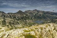 Ajardine ao lago Popovo do pico de Dzhano, montanha de Pirin, Bulgária Fotografia de Stock