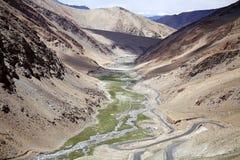 Ajardine ao longo da estrada da passagem de montanha do La de Taglang em Ladakh, Índia Fotos de Stock Royalty Free
