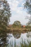 Ajardine ao longo do rio Kromme Aar na municipalidade do antro aan Rijn de Alphen Foto de Stock Royalty Free