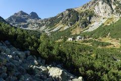 Ajardine ao pico de Malyovishka River Valley e de Malyovitsa, montanha de Rila Imagem de Stock