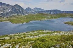Ajardine ao pico do lago e do Yalovarnika Tevno, montanha de Pirin, Bulgária Fotografia de Stock Royalty Free