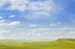 Ajardine as montanhas que esticam na distância Imagem de Stock Royalty Free