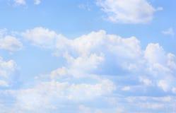Ajardine as nuvens do céu azul, fundo para o local Imagens de Stock