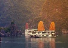Ajardine a baía longa do Ha, vela dourada Vietname Fotografia de Stock