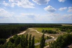 Ajardine, campo e floresta com uma altura Fundo Imagens de Stock Royalty Free