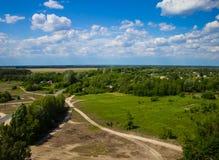 Ajardine, campo e floresta com uma altura Fundo Imagem de Stock Royalty Free