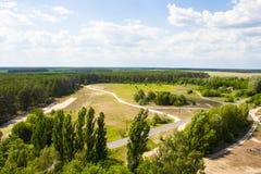 Ajardine, campo e floresta com uma altura Fundo Imagens de Stock