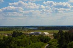Ajardine, campo e floresta com uma altura Fundo Foto de Stock