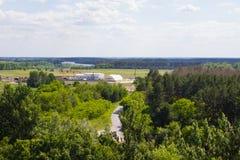 Ajardine, campo e floresta com uma altura Fundo Fotos de Stock Royalty Free
