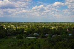 Ajardine, campo e floresta com uma altura Fundo Fotografia de Stock Royalty Free