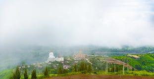 Ajardine a casa da vista no monte de Wat Phra That Pha Son Kaew em Fotos de Stock Royalty Free