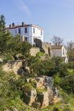Ajardine a casa de campo branca da vista na montanha Yorgey em Biyukada Imagens de Stock