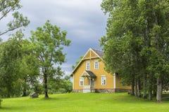 Ajardine a casa de madeira velha do fundo no parque de Turaida Imagem de Stock Royalty Free