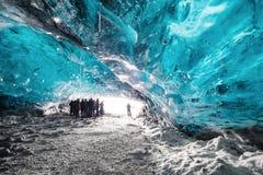 Ajardine a caverna de gelo, com grupo da silhueta de turista e de luz solar brilhante da entrada da caverna Imagem de Stock Royalty Free