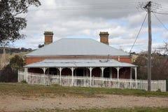 Ajardine a cena com coun rural velho abandonado da cerca de piquete da casa Imagens de Stock Royalty Free