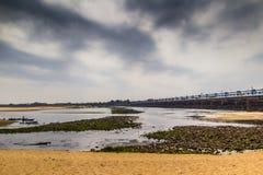 Ajardine a cena de HDR do Sandy Beach da cama de rio com céu nebuloso Imagens de Stock