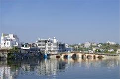 Ajardine a cidade da Índia de Udaipur na água Fotos de Stock