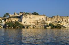 Ajardine a cidade da Índia de Udaipur na água Imagens de Stock Royalty Free