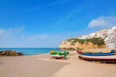 Ajardine a cidade marinha de Carvoeiro com barcos dos pescadores Foto de Stock