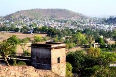 Ajardine a cidade pequena do narsinghgarh, PM, Índia Imagens de Stock