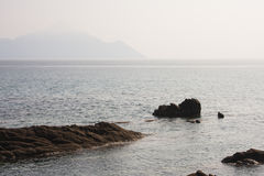 Ajardine com água e as rochas - Mar Egeu, Grécia Fotos de Stock