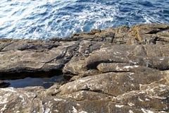Ajardine com água e as rochas na ilha de Thassos, Grécia Imagens de Stock Royalty Free