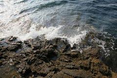 Ajardine com água e as rochas na ilha de Thassos, Grécia, ao lado da associação natural chamada Giola Imagem de Stock