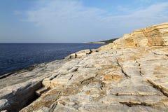 Ajardine com água e as rochas na ilha de Thassos, Grécia, ao lado da associação natural chamada Giola Imagem de Stock Royalty Free