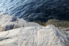 Ajardine com água e as rochas na ilha de Thassos, Grécia, ao lado da associação natural chamada Giola Fotos de Stock Royalty Free