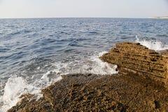 Ajardine com água e as rochas na ilha de Thassos, Grécia, ao lado da associação natural chamada Giola Foto de Stock Royalty Free