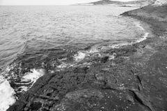 Ajardine com água e as rochas na ilha de Thassos, Grécia, ao lado da associação natural chamada Giola Fotos de Stock
