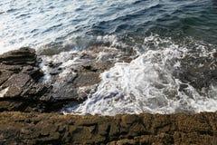 Ajardine com água e as rochas na ilha de Thassos, Grécia, ao lado da associação natural chamada Giola Imagens de Stock
