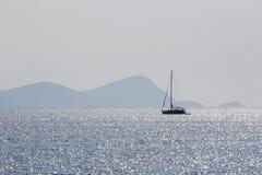 Ajardine com água, o barco e a terra no fundo Fotografia de Stock
