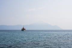 Ajardine com água, o navio e as rochas - Mar Egeu, Grécia Foto de Stock