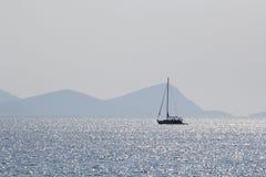 Ajardine com água, o navio e a terra no fundo - Mar Egeu, Grécia Imagem de Stock Royalty Free