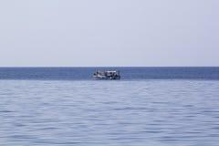 Ajardine com água, o navio e a terra no fundo - Mar Egeu, Grécia Fotografia de Stock