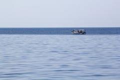 Ajardine com água, o navio e a terra no fundo - Mar Egeu, Grécia Imagens de Stock