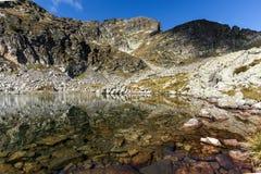 Ajardine com águas claras de lagos Elenski e de pico de Malyovitsa, montanha de Rila Fotos de Stock