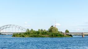 Ajardine com árvores das montanhas e um rio na parte dianteira Imagem de Stock Royalty Free