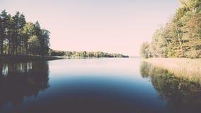 ajardine com árvores das montanhas e um rio na parte dianteira - vintage ef Imagem de Stock
